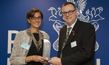 Dr Paola Dazzan receiving her award from Prof Peter Woodruff