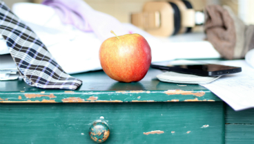 thumb_368x208_desk_apple_phone