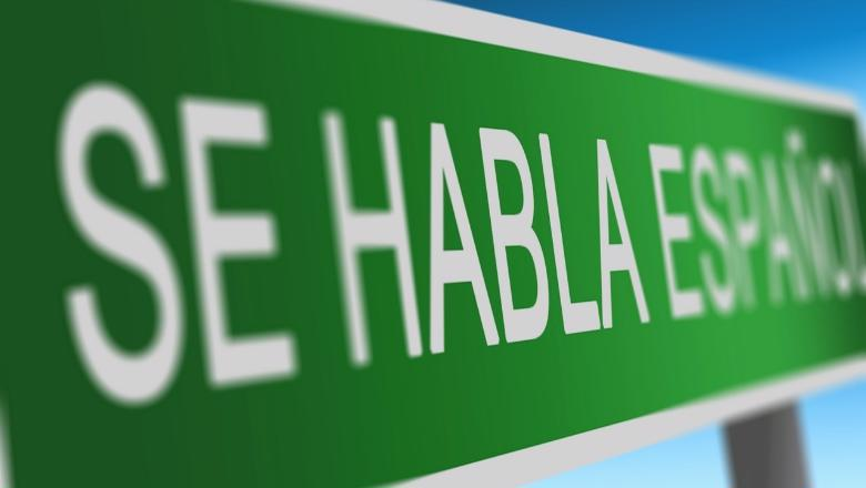 Road sign that says 'Se habla español'