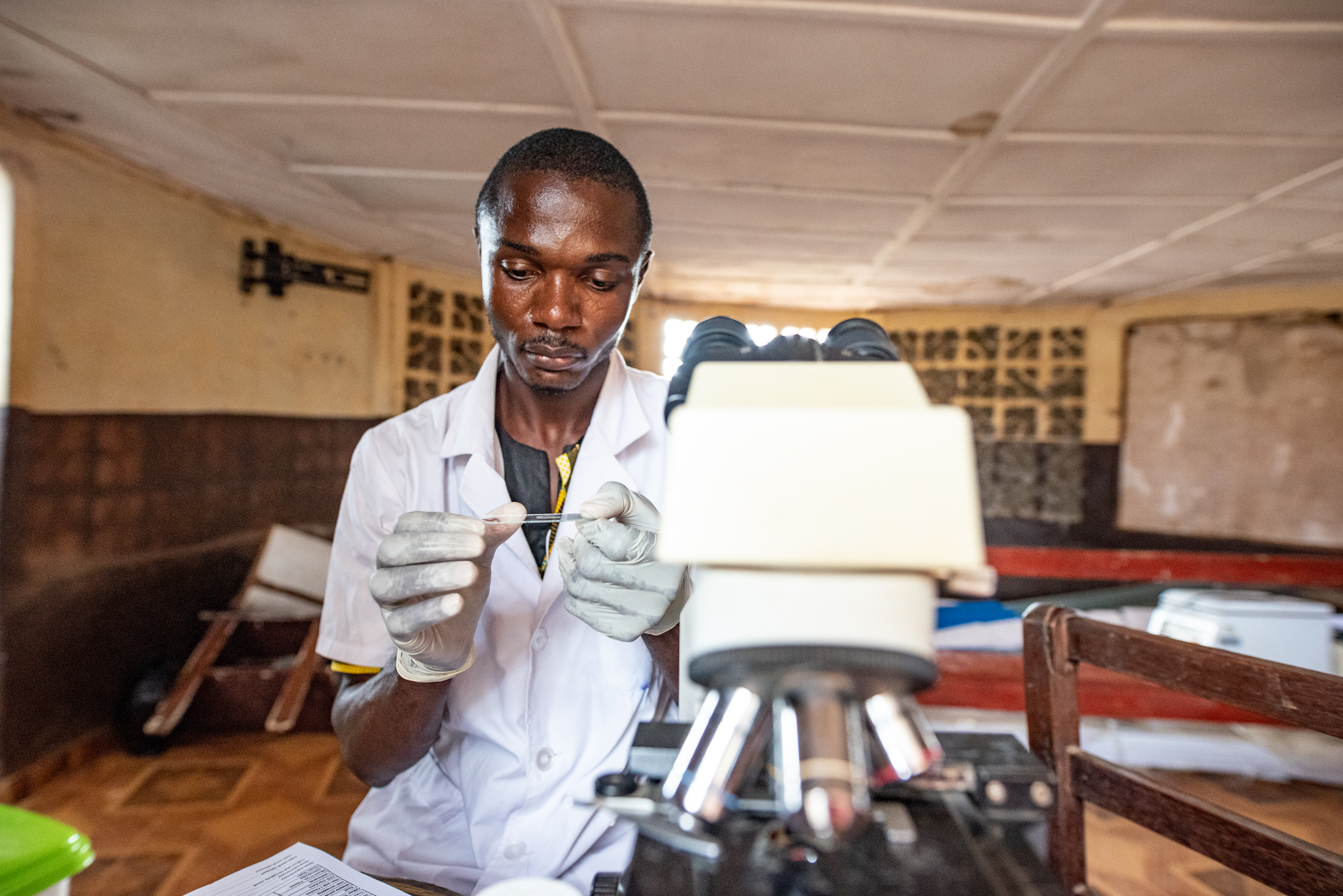 Lab technician Mohammed prepares a sample, Community Health Centre, Waterloo, 13.09.19 credit Olivia Acland